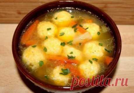 Суп с сырными клёцками.   Краше Всех Ингредиенты сыр твердый 100 гр. бульон 1 литр морковь 1-2 шт. картофель 1-2 шт. мука 3 ст.л. зеленый лук яйцо 1 шт. растительное масло перец молотый соль Способ приготовления Шаг 1 Зеленый лук мелко режем и слегка обжариваем на растительном масле. Шаг 2 Морковь и картофель чистим, режем брусочками, выкладываем к зеленому луку. Обжариваем 2-3 минуты. Шаг 3 Добавляем 1 ст.л. муки, хорошо перемешиваем и обжариваем 1 минуту. Шаг 4 Вливаем б...