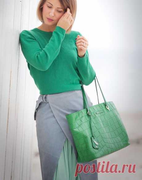 Зеленый цвет, с чем сочетаеся в женской одежде - фото модных образов. Весенняя свежая погода всегда ассоциируется с нежными, светло-зелеными листочками. Многообразие оттенков дает повод задуматься, с чем сочетается зеленый цвет в одежде, ведь любая модница хочет иметь в гардеробе такие вещи. Зеленый — оттенок самой природы. Он вполне самодостаточный и гармоничный. Палитра этого тона настолько широкая, многогранная, что сложно ее всю объять.