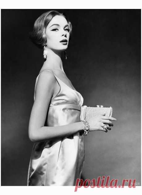 Nena Von Schlebrugge  Vogue April 1959   Photo Claude Virgin