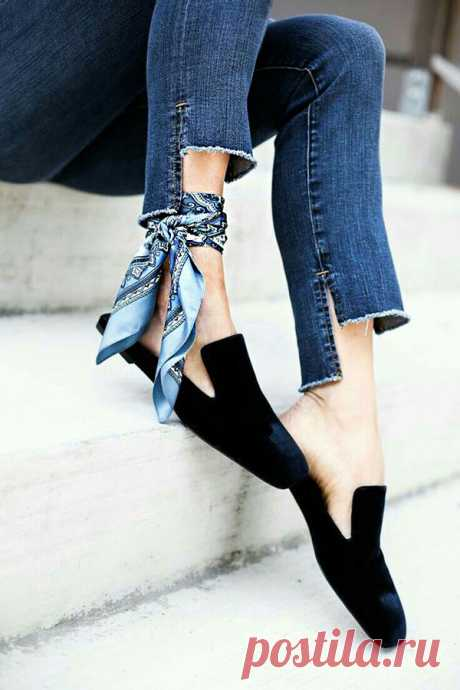 Разнообразный декор джинсов: вышивка, роспись, кружево Продолжаю недавнюю подборку о декоре джинсовой одежды :) Теперь — собственно джинсы и джинсовые шорты. Интересных фотографий набралось куда более 50-ти, так что буду добавлять в комментариях, а здесь — проиллюстрирую разные направления декора так, чтобы хватило на каждое :) Цветы, конечно, главная тема. Чаще всего — это вышивка, но немало красивых примеров и с росписью, а иногда встречаются аппликации разного типа.