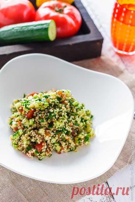 Табуле — не просто освежающий салат, легкий и вкусный, а один из основополагающих столпов арабской кухни. Булгур, пара крупных пучков петрушки, немного свежих овощей, и у вас готово блюдо, которое миллионы людей по всему Ближнему Востоку считают главным условием счастливой семейной жизни. Неудивительно, что единственно верный рецепт табуле так же иллюзорен, как и мираж в аравийской пустыне: каждая хозяйка готовит его по-своему, а значит, мы можем поступить так же.