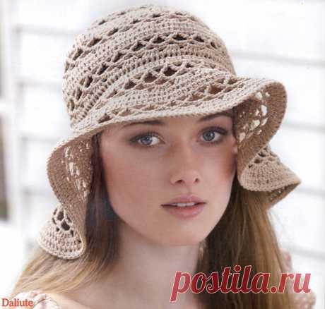 El sombrero de señora veraniego por el gancho