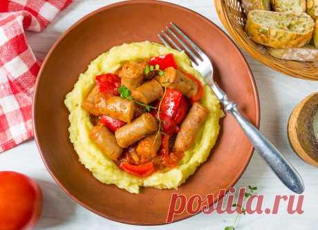 """Томатное рагу из колбасок со сладким перцем на Вкусном Блоге Если вы до сих пор считали, что колбаски а ля """"пальцем пиханые"""" можно только жарить, вы ошибались. Сегодня у меня для вас есть отличный рецепт рагу с такими колбасками. Немного томатного соуса и сладкого перца – и вот вам отличное блюдо для всей семьи, которое останется дополнить каким-нибудь простым гарниром…"""
