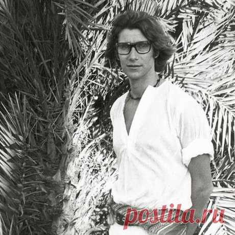 Yves Saint Laurent's first visit to Marrakech marked the start of a love affair: that 1966 encounter captivated the couturier, soon infiltrating his designs. Together with partner Pierre Bergé, Saint Laurent promptly purchased a home in the medina, which would serve both as an unlikely refuge from the mania of Paris and an enduring muse. Первый визит Ива Сен-Лорана в Марракеш ознаменовал начало любовного романа: эта встреча 1966 года пленила кутюрье, вскоре проникнув в его проекты.