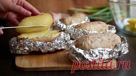 Дважды запекаем картофель: сначала сырой, потом - с начинкой.