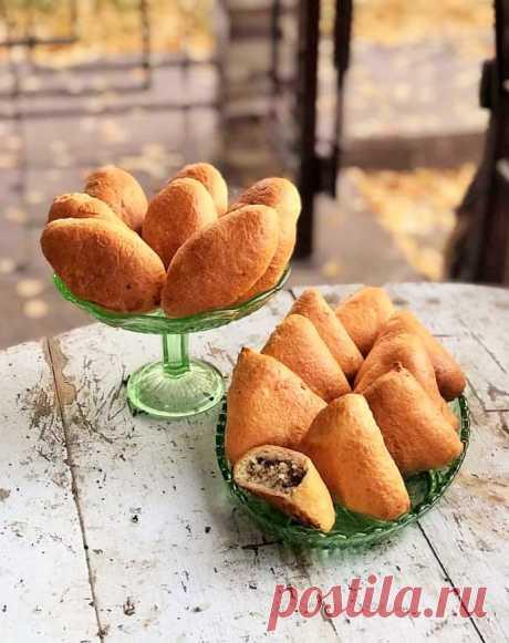 К легкому куриному или телячьему бульону, к грибному супу хорошо испечь маленькие закусочные пирожки с мясной начинкой | тесто песочно-дрожжевое | Ольга Бондарева