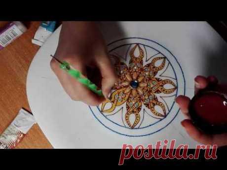 La pintura del plato de Jana Shapran. El plato decorativo a la pared