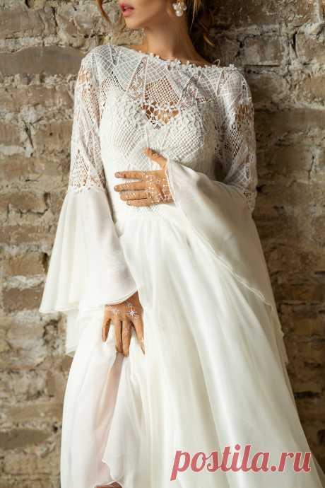 Фото Модель Анастасия Щеглова в свадебном платье стоит у стены. Фотограф Татьяна Факеева