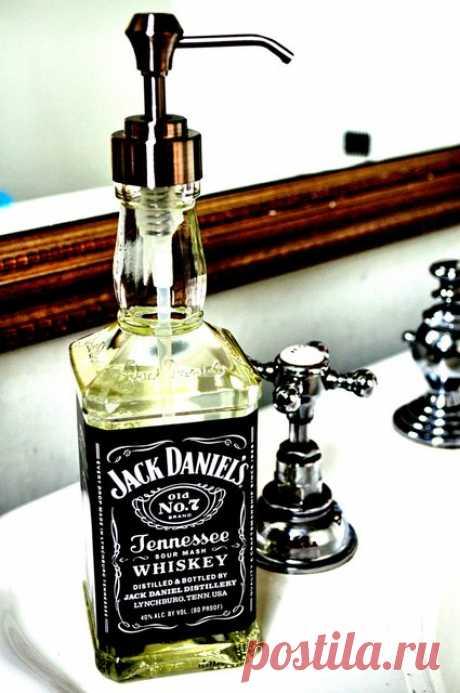 Необычное применение бутылки из-под виски. Просто вставляем дозатор - и оригинальный контейнер для жидкого мыла готов! Будет радовать на даче и дома!