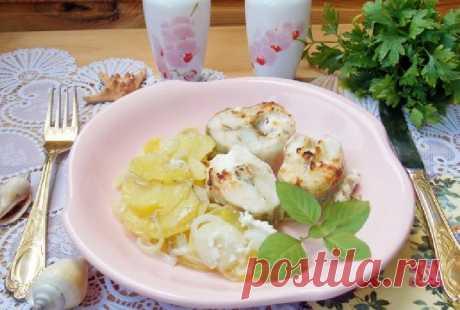 Судак в сметане с картофелем Вкусный судак в сметане с картофелем, приготовленный в домашних условиях, поможет вам разнообразить ваше повседневное меню. Это блюдо можно сделать всем худеющим, а также людям, которые придерживаются правильного или диетического питания. Подавайте рыбу с картофелем в качестве сытного обеда.