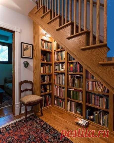 Читальный уголок под лестницей 🥰