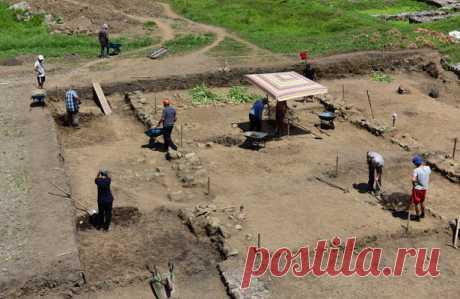 В Азове нашли древнюю чашу ВАзове Ростовской области вовремя раскопок археологи обнаружили фрагменты чаши. Помнению специалистов, сосуд сделан ввиде цветка. — Чашу, которую