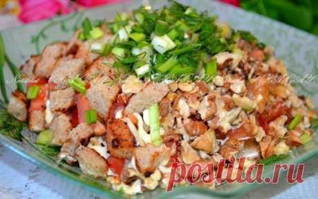 Неповторимый «Альпийский» салат с курицей и грецкими орехами    Очень вкусно!          Ингредиенты: сухарики — 2 горсти;горсть жареных грецких орехов;копченое или жареное куриное мясо — 150 грамм;помидоры — 2 штуки;зелень по вкусу;майонез или сметана;соль и пер…