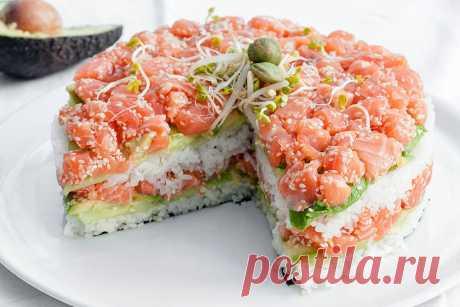Суши-торт из лосося, авокадо и огурца Суши-торт подойдет тем, кто не хочет возиться с обычными суши. Рецепт достаточно прост в приготовлении и имеет божественный вкус.