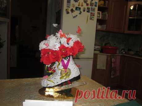"""Сладкий букет """"Фигурный конек"""". фигурный конек из газетных трубочек, а цветы - это фантики для конфет."""
