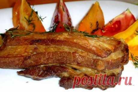 Простые свиные ребрышки в духовке ИНГРЕДИЕНТЫ:  свиные ребрышки500 г перец черный молотый паприка молотая чеснок сушеный молотый эстрагон базилик соль для соуса: кетчуп118 г уксус винный красный1 ст.л. сахар коричневый1 ст.л.   ПРИГОТОВЛЕНИЕ: 1 Ребрышки вымыть и обсушить, удалить лишний жир и пленки. Перемешать в