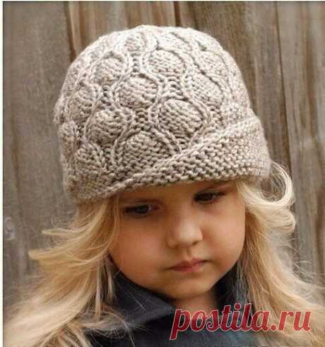 Оригинальная шапочка спицами Вязание шляпки для девочки спицами .  Окружность шляпки — 50 (55) см. Для вязания будут необходимы: пряжа серая и бордовая – по 1 мотку  (шерсть 100%, 182 м/115 г); круг. спицы — 4 мм (0,4м); чулочные обоюдоострые спицы — 4 мм; маркеры для петель.  Шляпку вяжем по кругу лиц. гладью. Отворот выполняем укороченными рядами плат. вязкой. Кайму вяжем плетеным узором. Плетеный узор. Ряд 1 и 3: лиц. п.; Ряд 2: * лиц., снимаем п. как изн., нить перед р...