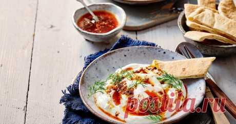 Завтрак за 20 минут: яйца по-турецки Отличная идея для необычного завтрака! Острое масло и греческий йогурт с яйцами пашот - удовлетворят вкусовые запросы любого гурмана