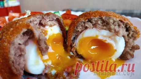 Яйцо по-шотландски Яйцо по-шотландски – это очень интересный, старинный рецепт. По сути, это котлета внутри которой яйцо с жидким желтком.В печатном виде рецепт этого блюда впервые встречается в книге Марии Ранделл «Но...