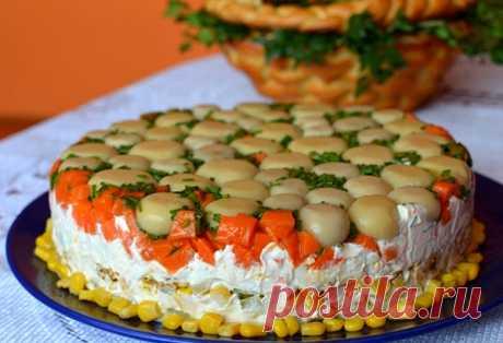 Торт-салат с курицей и грибами — Кулинарный Рай Отличный рецепт приготовления праздничного салата с курицей, маринованными грибами, морковью, картофелем, яйцами и зеленью.