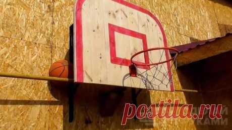 Баскетбольный щит из строительного уголка и досок Основные этапы работНа одной из длинных сторон щита автор закругляет два угла, после чего обрабатывает поверхность досок шлифовальной машинкой.Далее