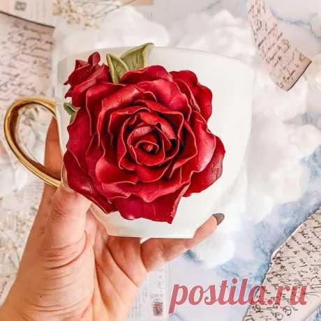💌Daca iubesti primavara, cafeaua, si florile, aceasta cana este perfecta pentru tine. O sa fi insotita de un trandafir superb si foarte atent lucrat, zi de zi. Cu siguranta buchetele clasice de flori au farmecul lor dar de ce sa nu iti doresti mai mult? Daca nu iti place culoarea nu este o problema, trandafirul il personalizez cu orice culoare. Daca iti doresti si tu o cana de acest fel te astept sa imi scri!  O zi frumoasa!  . . . . . . . . . #lutpolimeric #lutpolimericf...