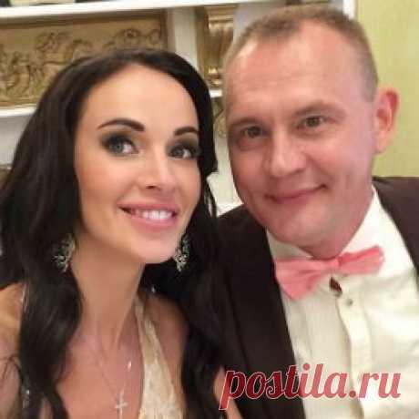 Жена Степана Меньщикова показала округлившийся животик в бикини | StarHit.ru Семья шоумена отдыхает в Сочи.