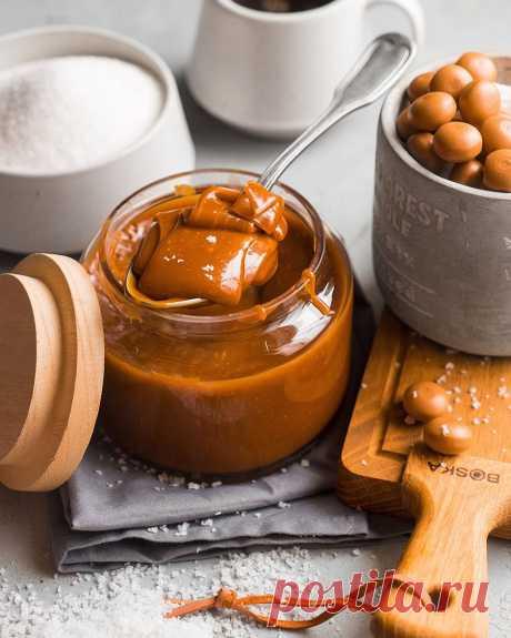 Солёная карамель — рецепт-конструктор!  Солёную карамель можно готовить по-разному. Это может быть один и тот же состав ингредиентов, но всё зависит от ваших вкусов и предпочтений: вы можете дополнить рецепт ванилью и корицей, а можете и вовсе приготовить её с различными цветами — оранжевым, зелёным, жёлтым или красным. Ингредиенты: Сахар — 100 г Мед — 50 г Сливочное масло — 90 г Лимонный сок — 1 ч. л. Соль — 1/4 ч. л Приготовление: