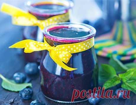 Варенье из черники: быстрые рецепты на зиму Эта темно-синяя ягода — не только красивая, вкусная, но и очень полезная. Поэтому хозяйки ценят заготовки из нее. В давние времена черничное варенье готовили с медом, сейчас же для консервации использ…