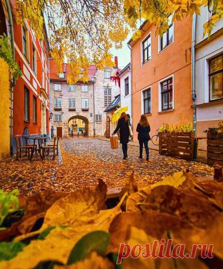 Старая Рига.. Очарование осени на улочке Aldaru у Шведских ворот..