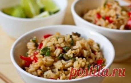 Жаренный рис с овощами в тайском стиле: Легко и невероятно вкусно    Людям, которые не могут представить жизнь без мяса, понравится жареный рис с овощами в качестве гарнира.          Отличный вариант обеда или ужина для вегетарианцев. Людям, которые не могут предста…