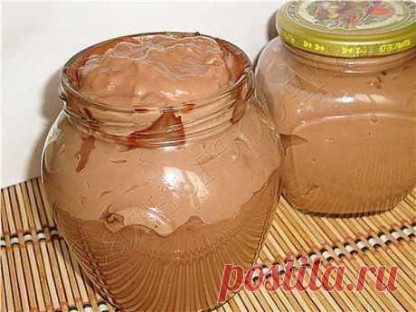 Вкуснятинка!  -1 стакан молока (250 мл) -3 стол.ложки какао порошка -3 стол.ложки сахара -3 стол.ложки муки -70-80 грамм сливочного масла  Ставлю кастрюльку, наливаю молоко, кладу сахар,муку и какао. Включаю плиту и периодически помешиваю веничком для взбивания, иначе на дне начинает прилипать мука.  Закипело, запыхало, проварила с минуту и отставила с огня. Минут 20 дадим остыть.  Теперь кладем кусочки масла и размешиваем хорошо, сразу масса заблестела.  Сверху натираю на...