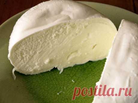 Домашний сыр – простой и вкусный рецепт Иногда бывает довольно сложно купить вкусный и качественный сыр, ведь далеко не все производители заботятся о здоровье своих потребителей, поэтому лучше приготовить сыр самостоятельно в домашних условиях. И что самое интересное – готовится домашний сыр очень просто, получается невероятно нежным и вкусным. А как он нравится детям!!! А ведь все знают, что накормить ребенка сыром задачка еще та! Непременно попробуйте этот рецепт домашне...
