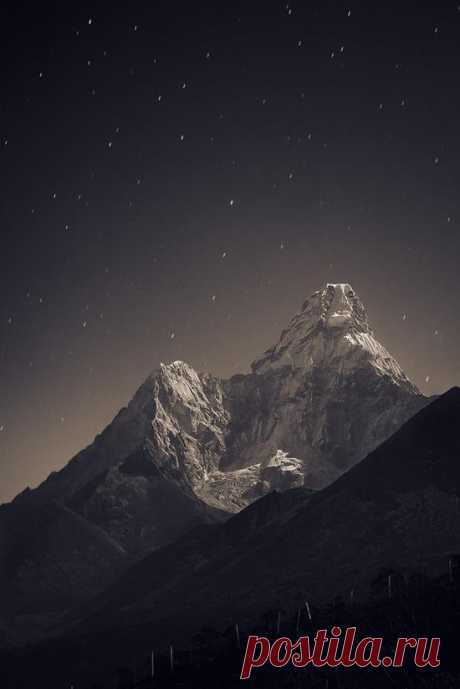 Сказочный лунный свет в горах Ама-Даблам