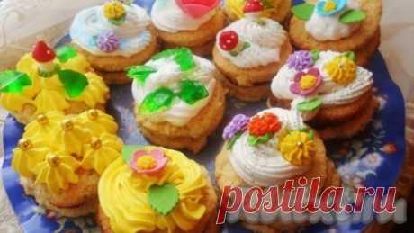 """Пирожное """"Сказка"""" - 8 пошаговых фото в рецепте Пирожные """"Сказка"""" получаются очень вкусными и нежными. А деток можно привлечь к украшению этого лакомства, ведь это так интересно! Ингредиенты"""