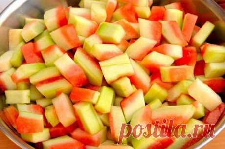 Варенье из арбузных корок  Осень - время арбузов. Сочная мякоть может утолить жажду в самую жаркую погоду. А что же корки от арбуза? А арбузные корки мы выбрасываем. И очень даже зря, ведь из них можно сварить вкусное варенье.  Ингредиенты: - 1кг арбузных корок - 1кг сахара - цедра 1 лимона - 1 пачка ванилина - 1 литр воды (Материал предоставлен группой Сад, огород: vk.com/intergarden)  И так, арбуз съеден, корки остались. Для начала нужно обрезать верхнюю зеленую корочку,...