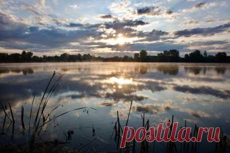 Рассвет на озере близ села Воскресенка, Самарская область. Фотограф – Андрей Полевой: Хорошего дня!