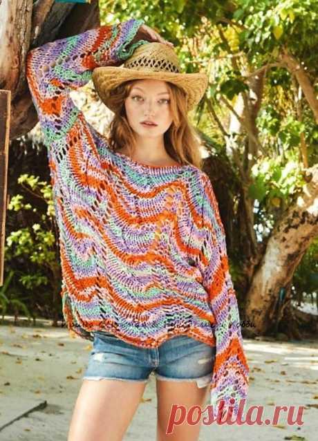 Шикарный модный пуловер спицами свободного силуэта Кажется его вязал виртуоз! На самом деле все гораздо проще! Все дело в цветовом ярком и контрастном сочетании с ажурным узором в широких дорожках. И снова в тре
