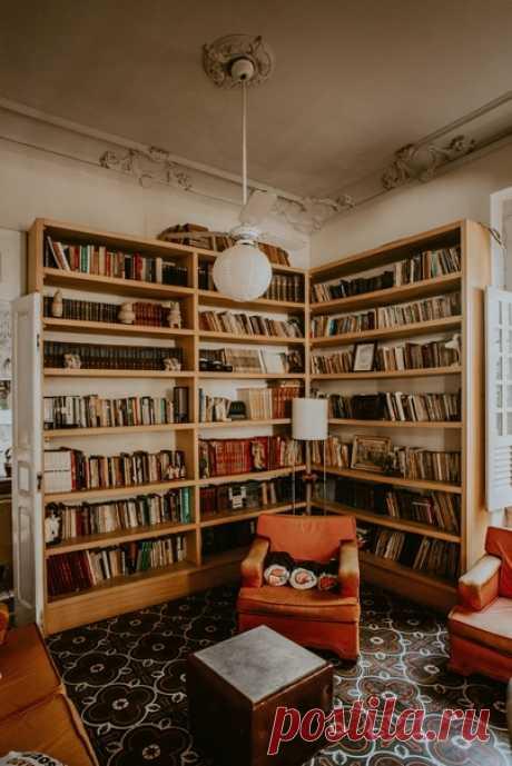 Как вы читаете книги? Сформулировать правила для художественных книг попробовал американский философ и преподаватель Мортимер Адлер, автор книги «Как читать книги» (mif.to/yMlJN). Вот они. 1. Не пытайтесь найти «основную мысль» Школьная привычка, от которой невероятно сложно избавиться, — везде искать «основную мысль». На самом деле, если вы прочитали хотя бы с десяток художественных текстов, то можете заметить: они не являются в первую очередь дидактическими. Ни одно великое произведение…