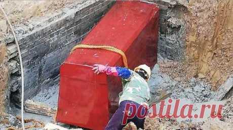 Ярко-красный древний гроб обнаружили на стройплощадке в Китае Гроб, имеющий ядовито-красный цвет, при помощи бульдозера был аккуратно извлечён из земных недр.