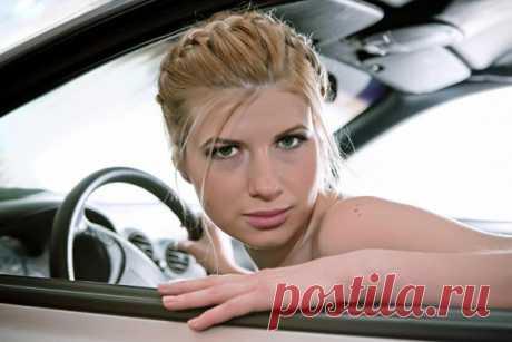 Удивительные правила дорожного движения в мире 😳 🚗 В Австрии вас могут оштрафовать за превышение скорости, определив её «на глаз», без радара 🚗 В Китае туристы с международными водительскими правами могут сесть за руль лишь после сдачи теоретического экзамена и получения местного разрешения на вождение. 🚗 В штате Кентукки, в США, женщины могут водить машину в купальнике, только если у них под рукой есть средства самозащиты или… в сопровождении двух полицейских.