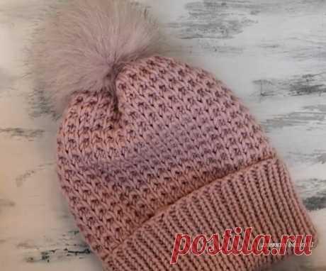Красивая и простая вязаная шапка спицами... Узор шапки очень простой, но шапка в то же время смотрится эффектно и красиво. Из за простоты узора, шапка подойдет даже для начинающих вязальщиц.