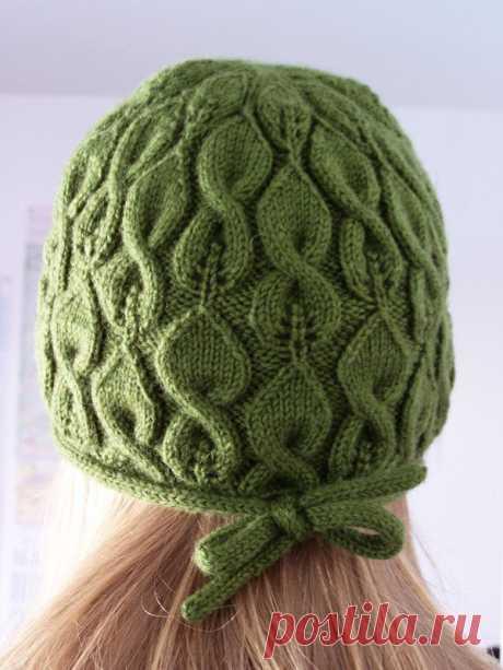 Вязаная шапочка Liffey с косами и ажуром.  Дизайнер: Iryna Klionava.
