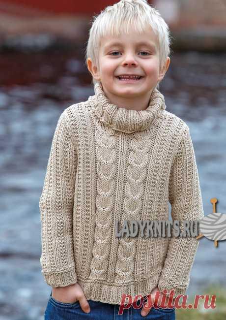 Вязаный простой спицами свитер с косами для мальчика от 2 до 14 лет, описание