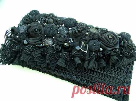 Сумочка савязанна крючком из атласных лент и отделана цветочками