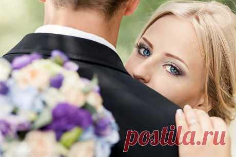 ..ЖЕНЩИНА НЕ С ВОЗРАСТОМ МЕНЯЕТСЯ....  ....Женщина сияет не от ярких страз, Не от кос становится красивей. А когда супруг её, из раза в раз, Заставляет стать ещё счастливей...... Отличная подборка песен........))))))