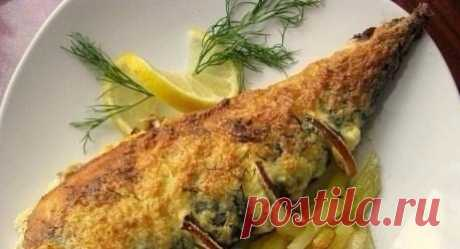 Пикантная скумбрия  Ингредиенты: Скумбрия свежая 2 штуки Яйцо куриное 2 шт Лимоны 1 шт Сметана 4 ст. ложки Чеснок 4 зубчика Соль, перец черный молотый по вкусу За рецепт спасибо группе Диетические рецепты  Приготовление: 1. Отварные яйца натираем на мелкой терке, добавляем измельченный чеснок (на мой вкус 4 зубчика многовато, я брала 2) и сметану. Массу хорошо размешиваем. Солим и перчим по вкусу. 2. Рыбу чистим, моем, обсушиваем бумажными полотенцами. Делаем надрезы на сп...