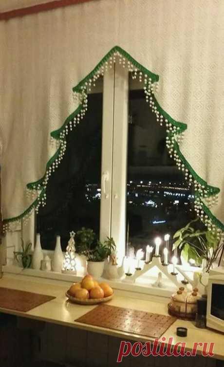 Статья о том как красиво украсить окна на Новый год гирляндой, свечами, игрушками и другой новогодней атрибутикой