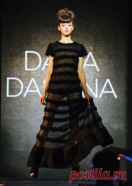 Коллекция «НЕСМЕЯНА» от DARIA DASHINA: Это сказка внутри меня, которой я не могла не поделиться, и имя ей стало — НЕСМЕЯНА. Мне захотелось показать, насколько важна улыбка и любовь в каждой женщине, которую я создаю в этом сезоне. Как она меняет и трансформирует нашу жизнь. (дизайнер Дарья Дашина)