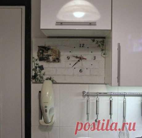 Часы на кухню и пробковая подложка в декорировании предметов